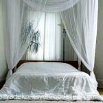 Yatak uzerine beyaz tul yatak odasi perde modeli