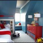 Mavi kırmızı çocuk odası dekorasyonu