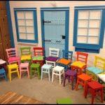 Renkli sandalyeler