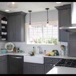 Koyu gri mutfak mobilyaları
