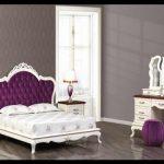 Mor beyaz klasik yatak odası