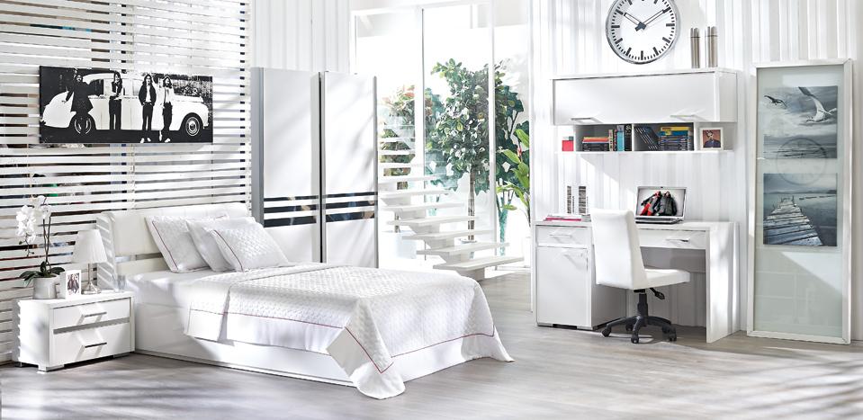 ARTE GENÇ ODASI TAKIMI Yalın ve yaratıcı Sektörde ilk kez 7 yıl garantili Yatak, yatak başlığı, komodin, çalışma masa ve sandalyesi, dolap ve TV ünitesi gibi modüllerden oluşan, her mekâna uyum sağlayan mükemmel bir genç odası takımı Tavan lambası, komedin üzeri abajur, halı ve çalışma masası lambasından oluşan tamamlayıcı aksesuar seçenekleri Yatak başında beyaz suni deri kumaş kullanımıyla zenginleşen görünüm Sandalyede ön ve arka kısımda beyaz, yan kısımlarında gümüş rengi suni deri kullanımıyla oluşan zarif kontrast Baskın olarak kullanılan beyaz rengin yanı sıra şerit aynalar ve metal aksesuarla artan derinlik hissi