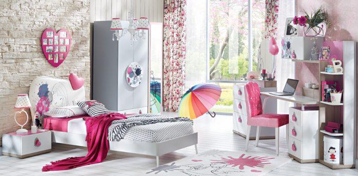 ARTY GENÇ ODASI TAKIMI Detayları ile zenginleşen sevimli bir kız odası 90×200 Latalı Başlıklı Karyola, Komodin, Çalışma Masası, Çalışma Masası Üst Modülü, Kitaplık,3 Kp Gardırop, Şifonyer ve aynası gibi farklı modül alternatifleri içeren sevimli bir Kız Odası takımı Pembe, Açık gri ve Antik meşe ve Lake beyaz kombinasyonunda oluşan kalp temalı şirin bir tasarım Karyola ve Ç.Masasında kullanılan metal ayak ile kullanım kolaylığı Masa üst modülde dijital baskılı desen uygulaması 3kp dolap kulpu 3kp dolabında uygulanan dijital ve grafik baskı detayları kalpleri çalan tasarımı yanında çekmece raf ve askı detayı ile çok mu çok kullanışlı Makyaj aynasındaki grafik baskılı kız görseli ile Şifonyer aynası ve başlıkta çıkarılabilen kalp ile bütünlük sağlamaktadır. Özel kız görsel baskılı deri başlığı hem çekici olduğu kadar hem de çok kullanışlı. Deri kumaşın özelliği ile kolay temizlenebilir ve uzun yıllar yıpranmadan kullanılabilir. Ayrıca bazalar ile kombin edilebilmesi ile de farklı kombinasyonlara fırsat sağlıyor. Kalp şeklindeki özel kulplar ve kulpların altında gölge efekti veren dijital baskılar ile detayları ile zenginleşen bir ürün.