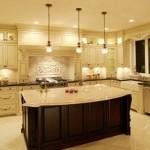Açık renkli mutfak tasarımında kullanılan üçlü lamba tasarımı