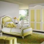 Açık yeşil ve beyaz renklerinde klasik yatak odası dekorasyonu
