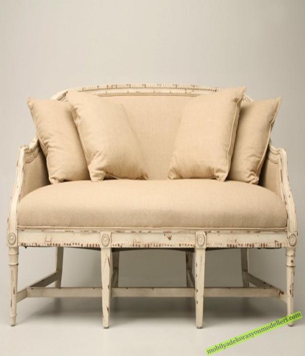 Ahşap kısımları beyaz renklerde üst krem tonlarında antika koltuk modeli