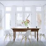 Ahşap masa ve beyaz sandalyeleri ile yemek odası