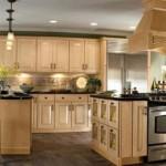 Ahşap mutfak tasarımında cam lamba ve spot tasarımı