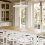 Ahşap parke ile düzenlenmiş beyaz renkli yemek odası