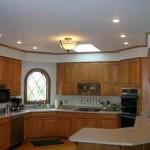 Altılı spot ve ufak cam avizesi ile dekore edilmiş mutfak tasarımı