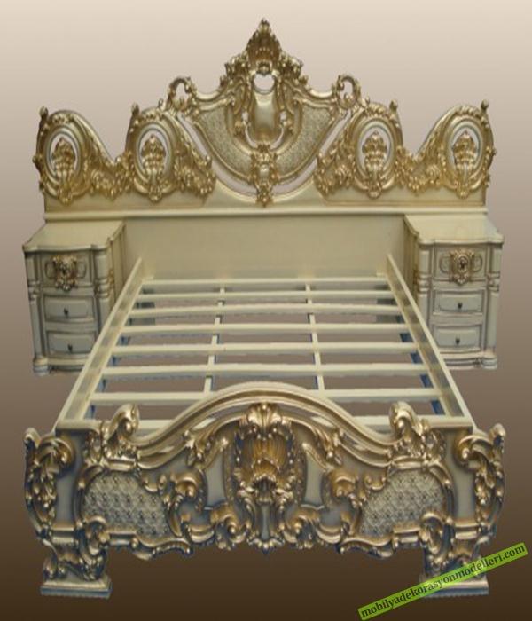 Antika altın sarısı tonlarında oymalı kendinden komidinli antika yatak modeli