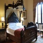 Antika koyu ahşap oymalı yatak modeli