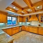 Bölme ahşap tavanı ile yerleştirilmiş mutfak aydınlatıcıları