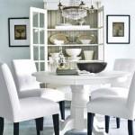 Beyaz ahşap yuvarlak masa ve koltuklarıyla yemek odası
