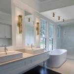 Beyaz banyo tasarımı uzun dikdörtgen şeklinde desenli aplik