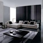 Beyaz kanepe ile siyah yastıklarla modern oturma odası
