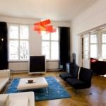 Beyaz kanepe ve siyah koltuklar ile modern apartman oturma odası