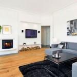 Beyaz renk duvarları ve mavi tonlarındaki kanepeler ile modern salon tasarımı