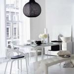 Beyaz renkli modern sandalyeleri ile yemek odası