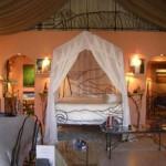 Beyaz tül ile dekore edilmiş romantik yatak odası tasarımı