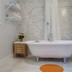Beyaz tuğla duvar çıkarması ile dekore edilmiş küveti ile modern banyo tasarımı