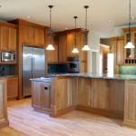 Dörtlü sarkıt lambalar ile dekore edilmiş modern mutfak