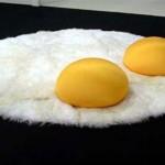 Yumurta konseptli beyaz tüylü halı ve sarı minder