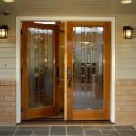 Dekoratif açık kavhe tonlarında ahşap cam kapı modeli