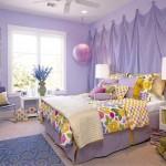 Dekoratif duvarı ve mor renkleriyle kız odası dekorasyonu