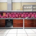 Dolap ve teazgah ortasından şeritli mutfak duvar kağıdı
