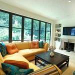 Değişik renk tonlarda koltuk yastıklar ve şömine oturma odası