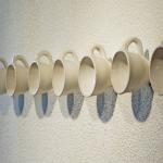 Fincan bardaklarla dizilmiş farklı duvar askılık