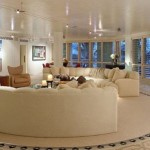 Geniş ve modern salon dekorasyonu