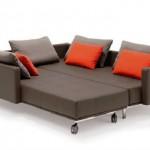 Gri tonlarında kırmızı yastıkları ile modern açılabilir kanape modeli