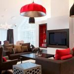 Kırmızı beyaz ve siyah renklerle dizayn edilmiş oturma odası dekorasyonu