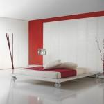 Kırmızı beyaz yatak ve dekoru ile italyan yatak odası
