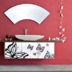 Kırmızı ve pembe modern banyo ile kelebek süslemeleri