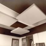 Kahve ve beyaz renklerde farklı tavan tasarımı