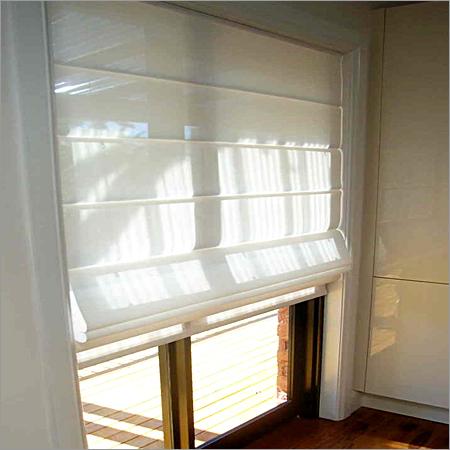 Katlamalı özelliği ile balkon kapısı için stor perde