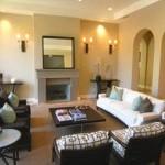 Koyu ve beyaz mobilyalarla oturma odası dekorasyonu