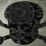 Kuru kafa modelinde desenli siyah beyaz halı tasarımı