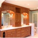 Lüks ahşap banyo dolap ve dekoratif kristal taşlı ayna kenarında aplik modelleri
