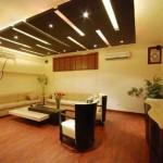 Modern ahşap ve spot ışıklandırmalı tavan tasarımı