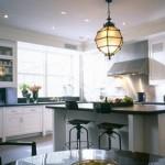 Modern beyaz mutfak üzerinde spot ve modern dekoratif lamba ile mutfak