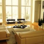 Modern deri krem renk koltuklar ve duvar tv ile oturma odası