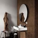 Modern kahve tonlarında mozik duvar ve oval aynası ile banyo tasarımı