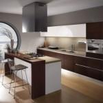 Modern koyu ahşap dolap ve tazgah krem renk fayans geniş mutfak
