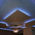 Modern mavi renk ve mavi ışıklandırması ile tavan dizaynı
