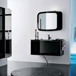 Modern siyah lavabo dolap ve aynası ile banyo tasarımı