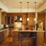 Modern spot ve üçlü sarkıt lambalar ile aydınlatılmış mutfak